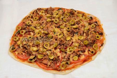 Достаём готовую пиццу, даём ей остыть.