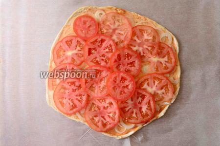 Помидоры порезать тонкими кружочками, выложить помидоры сверху на лук.