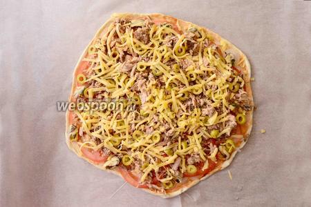 Твёрдый сыр натереть на крупной тёрке. Посыпаем сыром пиццу. (Сыр добавляется по желанию). Отправляем пиццу в разогретую, до 200ºC духовку на 20-25 минут.
