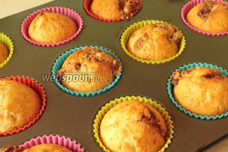 Готовые кексы отсужаем на решётке и по желанию украшаем взбитыми сливками или сахарной пудрой.