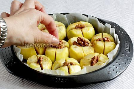 Уложить в надрез по 0,5 ореха. Поставить запекать в разогретую духовку на 20 минут. Температура нагрева 170°С.