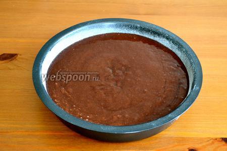 Перелить тесто в подготовленную форму (23 см диаметром), предварительно слегка смазанную маслом и присыпанную мукой. Выпекать в разогретой духовке 30 минут.