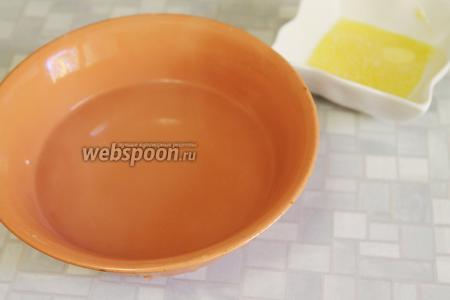 Когда все лепёшки испекутся, приготовить миску с кипятком и растопленное масло.
