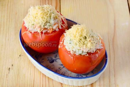 Начиняем помидоры рисовой смесью. И посыпаем рис тёртым сыром. Ставим форму в разогретую, до 180ºC духовку на 10 минут.