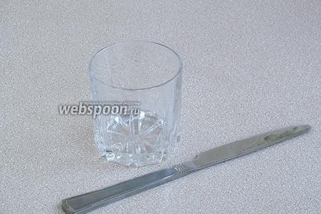 Для приготовления напитка нужно взять широкий невысокий стакан и нож с овальным концом. Можно воспользоваться и другим бокалом, но в таком получается намного лучше.