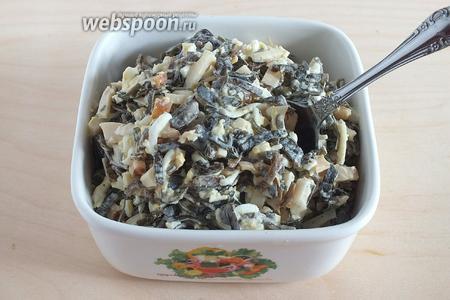 Заправьте салат чесночной заправкой, выложите в салатник. Посолите по вкусу, если нужно и подавайте к столу. Приятного аппетита!