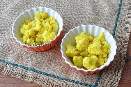 Формочки смазать маслом и выложить цветную капусту.