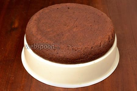 Тёплый пирог извлекаем из чаши с помощью корзинки для варки на пару и там же даём остыть полностью.