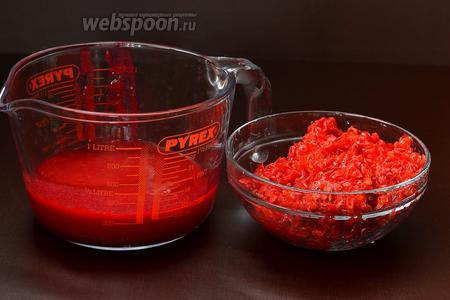 Выжать из калины сок с помощью соковыжималки.