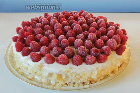 Бока торта присыпаем миндальными лепестками. Верх выкладываем замороженной малиной.