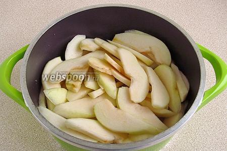 Сложить груши в кастрюлю, влить воду и потушить до мягкости.