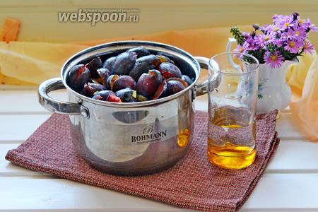 Выложить сливу в кастрюлю, если у вас слива несочная, то желательно добавить 1/4 стакана воды. Поставить вариться до мягкости (я варила 15 минут).
