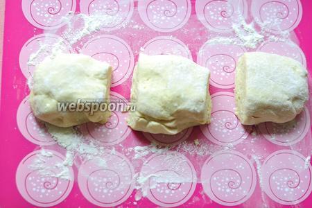 Выложить тесто на рабочую, присыпанную мукой, поверхность и разделить его на три 3 части.