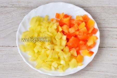 Перец болгарский нарезаем также, как и помидоры, кубиками.