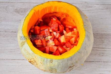 Начинаем фаршировать тыкву. Кладём нарезанные помидоры.