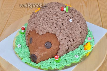Готовым декором «грибочки» и «уточки» украсить полянку и ежа. Торт готов. Вес торта 1600 кг.