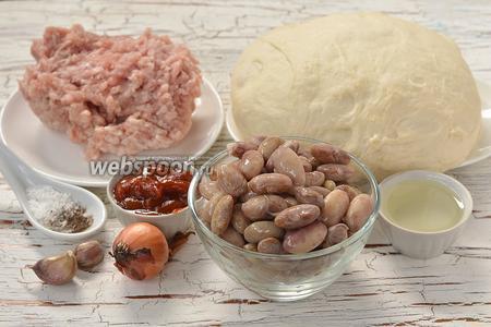 Для приготовления пирожков нам понадобится  дрожжевое тесто на кефире , куриный фарш, консервированная фасоль, острый кетчуп, лук, чеснок, соль, перец, подсолнечное масло.
