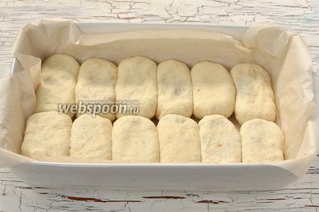 Выложить пирожки в форму, выложенную кулинарной бумагой, плотно один к одному.