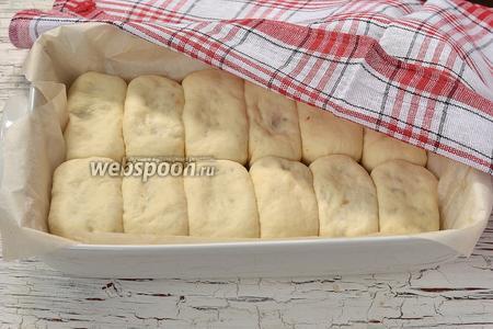 Накрыть форму с пирожками полотенцем и оставить в тёплом месте на 25 минут.