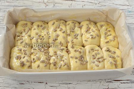 Смазать верх пирожков желтком, разболтанным с 1 столовой ложкой воды. Сверху по желанию посыпать семечками подсолнуха.
