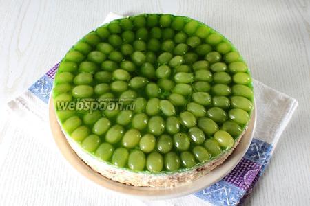 Затем аккуратно пройдитесь ножом по краю формы, снимите её, также аккуратно освободите торт от пищевой плёнки и можно подавать тортик к столу.