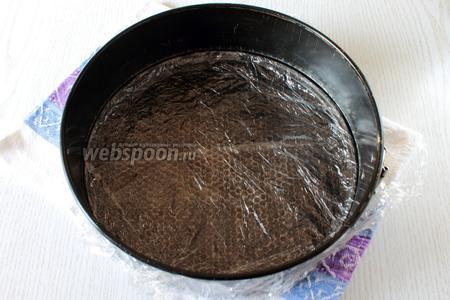 Далее нам понадобится разъёмная форма для торта, диаметр моей формы 26 см. Дно застелите пищевой плёнкой, её нужно взять большего размера, чем форма на 10 см. Установите бока формы и закройте замок, загните с обратной стороны формы плёнку наверх. Это нужно для того, чтобы до застывания наш крем не вытек.