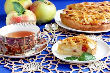 Яблочный пирог с вяленой вишней