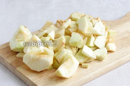 Для начинки яблоки очистить и нарезать кусочками. Сначала — крупными, а потом — помельче.