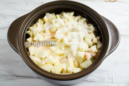 Подготовленные яблоки засыпать в подходящую посуду. Засыпать 700 г сахара. Оставить на двое суток, чтобы яблоки дали сок.