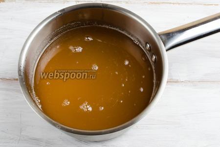 В яблочный сироп добавить сок одного лимона. При желании добавить сахар. Поставить на огонь. Довести до кипения.