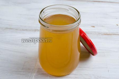 Разлить готовый сироп в стерилизованные банки. Укупорить крышками. Поставить в холод. Употреблять сироп охлаждённым, добавляя в напитки или к тесту при выпечке.