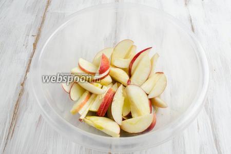 Тем временем подготовим яблоки. Плоды вымыть, обсушить, нарезать дольками. Полить маслом 1 ст.л.