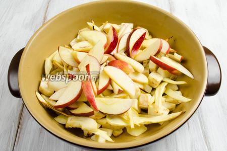К корешкам добавить подготовленные яблоки. Перемешать. Поставить ещё на 15 минут. Приготовьте небольшой кусок фольги и прикройте им форму, чтобы овощи не сгорели.