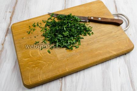 Подготовим зелень. Листья пряных трав (по вкусу) вымыть, обсушить, мелко нарезать.