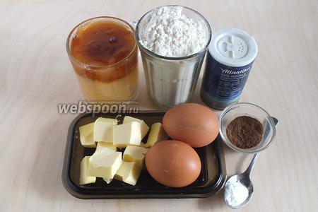 Подготовьте необходимые ингредиенты: пшеничную муку, мёд (у меня смесь липового и гречишного), масло, яйца, соль  специи. Специи лучше всего смолоть непосредственно перед приготовлением теста, так оно будет максимально ароматным. У зелёного кардамона используйте только зёрна, сами коробочки не понадобятся.