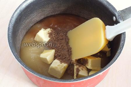 В ковше смешайте мёд, специи и масло. Нагрейте до 75ºC. Если у вас нет термометра, то можно определить на глаз, именно при данной температуре в медовой смеси по краям начнут появляться мелкие пенные пузырьки.