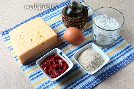 Для приготовления нам понадобится сыр Гауда, томатная паста, сухари панировочные, яйца куриные, мука пшеничная и масло растительное.
