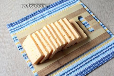 Сыр нарежьте широкими ломтиками толщиной около 1 см.