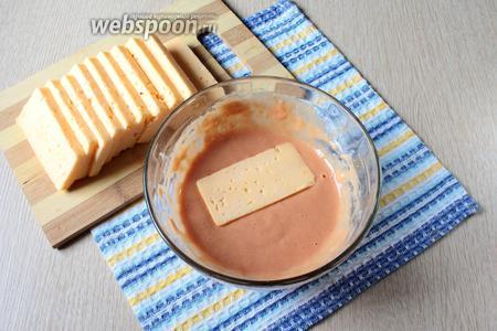 Обмакните сыр в яично-томатном кляре со всех сторон.