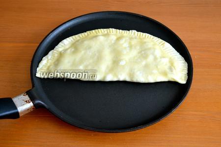 Обжаривать лепёшки на сухой сковороде с двух сторон на среднем огне до золотистого цвета, примерно по 2-3 минуты с каждой стороны. Лепёшки очень хорошо прожариваются!