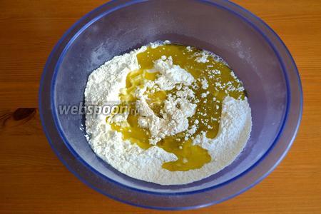 Для теста в миску просеять муку, добавить дрожжи и соль. Влить тёплую воду и оливковое масло.
