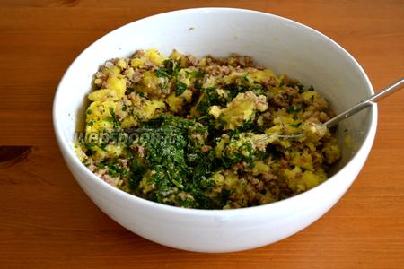 Перемешать в миске готовый фарш, натёртый картофель и добавить порубленную зелень петрушки. Проконтролировать начинку на количество соли.