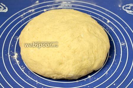 Вынимаем тесто из холодильника (оно там ещё поднимется), вымешиваем и оставляем согреться.