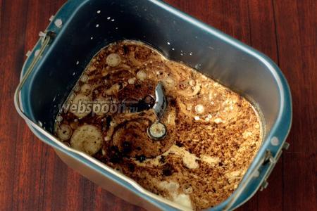 Смешиваем кефир с водой, кладём мёд, соль, солод, творог и подсолнечное масло.