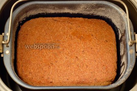 Готовый хлеб извлекаем из хлебопечки.