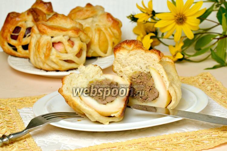 Фото Яблоки с печенью в сетке из слоёного теста