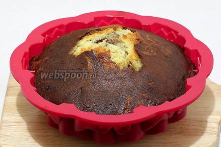 Готовому кексу дать полностью остыть в форме, накрыв полотенцем. Мой кекс слишком поднялся и закрыл центр формы.