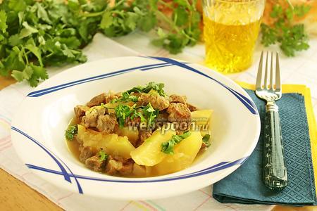 Кусочки баранины с лучком и картофелем