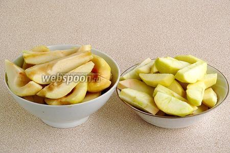 Яблоки и груши очистить от кожицы и семян и нарезать дольками.