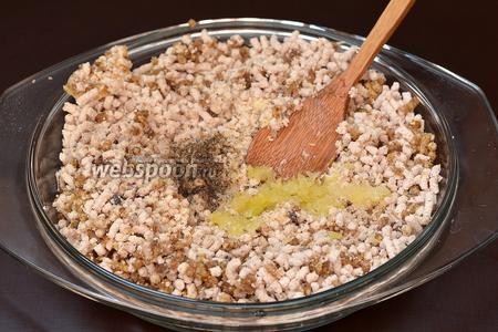 Добавить пропущенный через чесночницу чеснок. Приправить солью и перцем по вкусу. Хорошо перемешать.